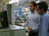 Northington先生(来自Jacob塑料制品有限公司)与Theilacker先生(来自欧普士有限公司)正在配置红外热像仪和软件